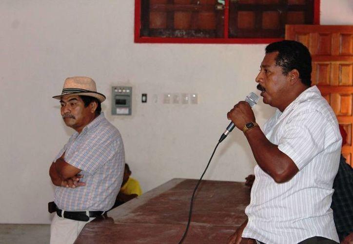 El presidente del comisariado ejidal, Bernardo Santos Gil, en una conferencia. (Edgardo Rodríguez/SIPSE)