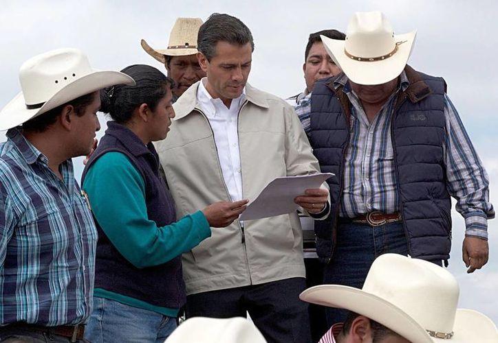 El presidente Enrique Peña Nieto inauguró en Hidalgo la presa El Yathé, que beneficiará a miles de productores. (Presidencia)