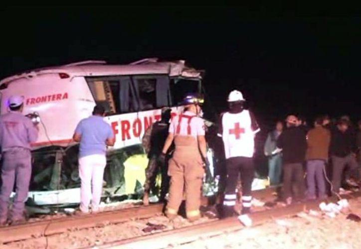 El alcalde de Anáhuac, Nuevo León, dijo que la empresa propietaria del autobús no ha respondido por el fatal percance. (AP)