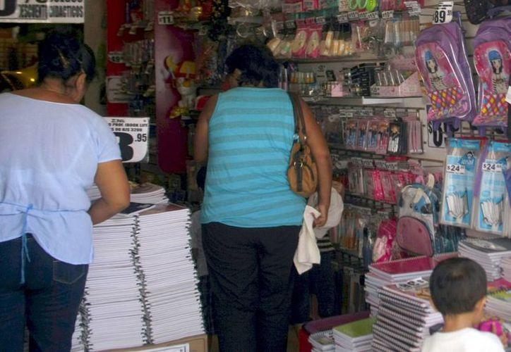 Las papelerías del centro de Mérida reportan buena afluencia a unos días del regreso a clases. (Milenio Novedades)