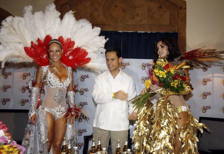 Las conductoras Vanessa Hupentoken y Marisol González participaron en las carnestolendas meridanas. (Christian Ayala/SIPSE)