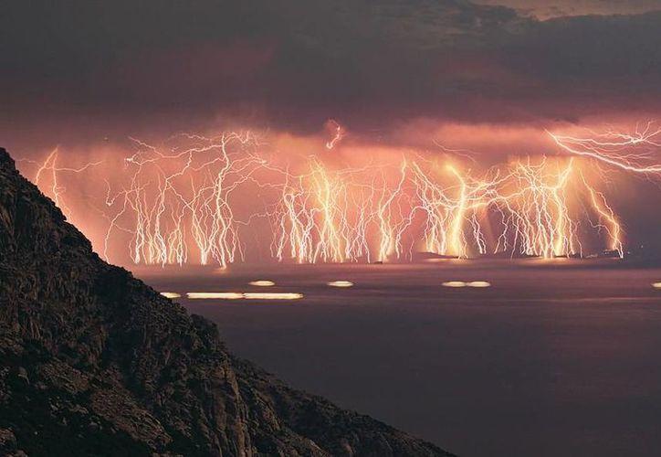 El Relámpago del Catatumbo es un fenómeno localizado al oeste del Lago de Maracaibo que consiste en tormentas eléctricas, nube a nube. (wordpress.com)