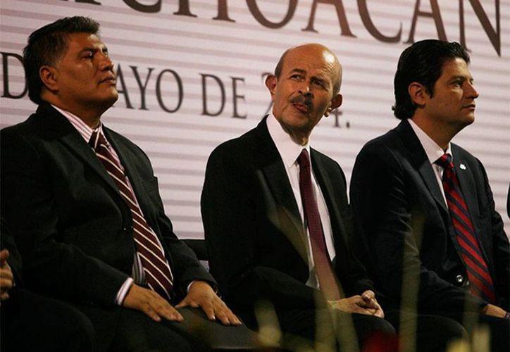 Fausto Vallejo, gobernador de Michoacán (al centro), está fuera por unos días para hacerse un chequeo médico en Estados Unidos. (excelsior.com.mx)