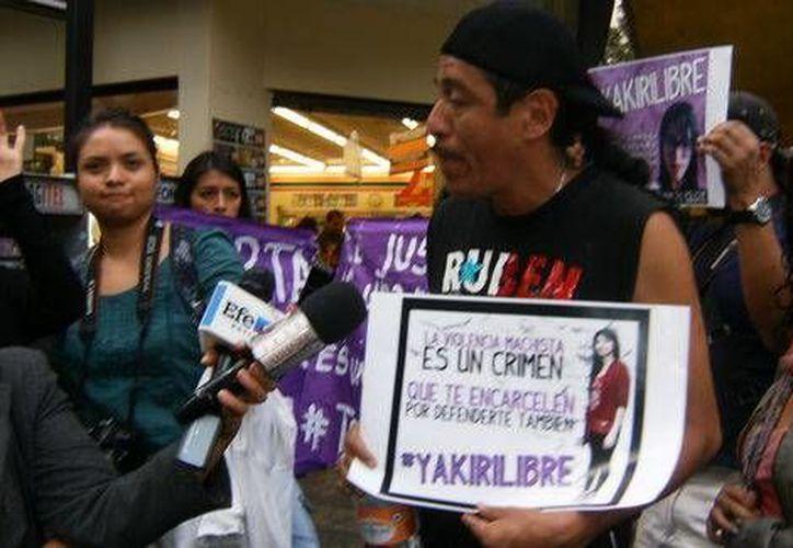 José Luis Rubio, padre de Yakiri Rubí, dice que su hija ya tiene más luz y seguridad en Tepepan, donde se mantiene la formal prisión en su contra por homicidio; la joven dice que fue víctima de intento de violación. (Milenio)