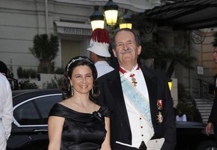El Duque de Bragança, que aparece aquí con su esposa Isabel, vive de las rentas de sus inmuebles en Portugal y alejado de los lujos propios de la realeza. (EFE)
