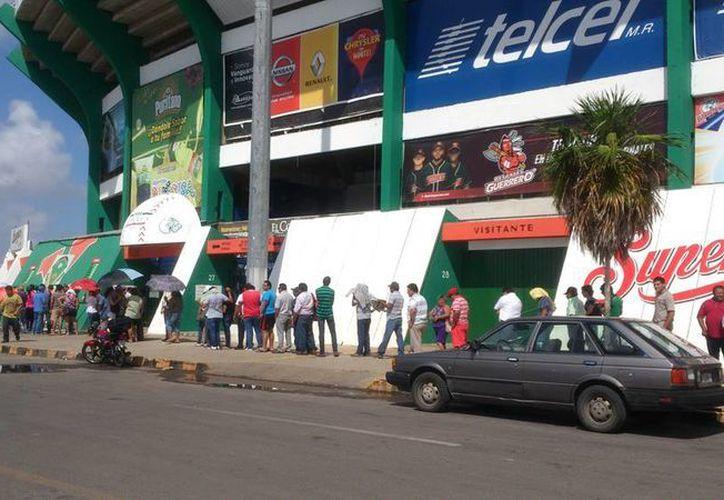 Leones de Yucatán venció de forma espectacular 4-3 a Tigres de Quintana en once episodios para forzar el regreso de la Serie de Campeonato al Parque Kukulcán Alamo. Imagen de las largas filas que se formaron para comprar entradas a tan esperado partido. (José Acosta/SIPSE)