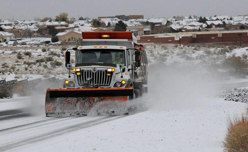 Un camión barre la nieve en un camino en Albuquerque, Nuevo México. (Agencias)