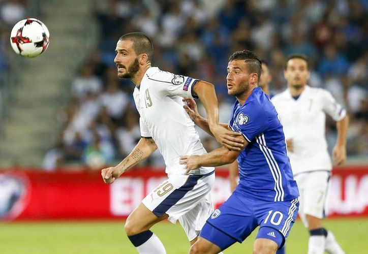 Bonucci contra Hemed (i) en el partido de Italia vs Israel. (EFE)