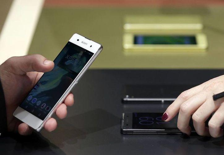 Detalle del Sony Xperia X tras su presentación esta mañana en el Congreso Mundial de Móviles, el mayor evento del mundo dedicado a la telefonía móvil realizado en Barcelona. (EFE)