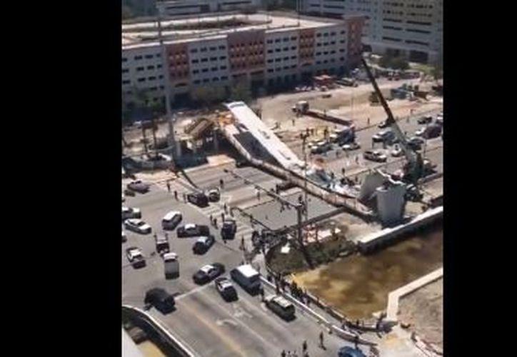 Al menos seis personas resultan heridas y numerosas están atrapadas después de que un puente peatonal se derrumbara. (Twitter)