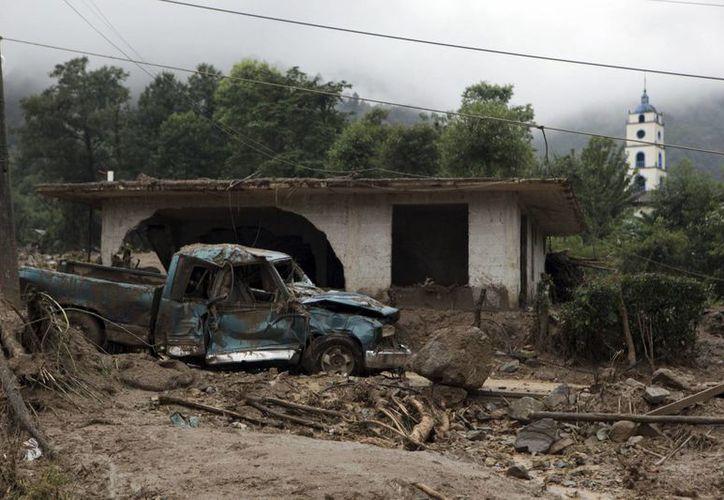 Imagen de una casa destruida por un alud en Xaltepec, estado de Puebla, en México. El huracán Earl dejó al menos 40 muertos, mientras se forma la tormenta Javier en el Pacífico mexicano. (AP Foto/Pablo Spencer)