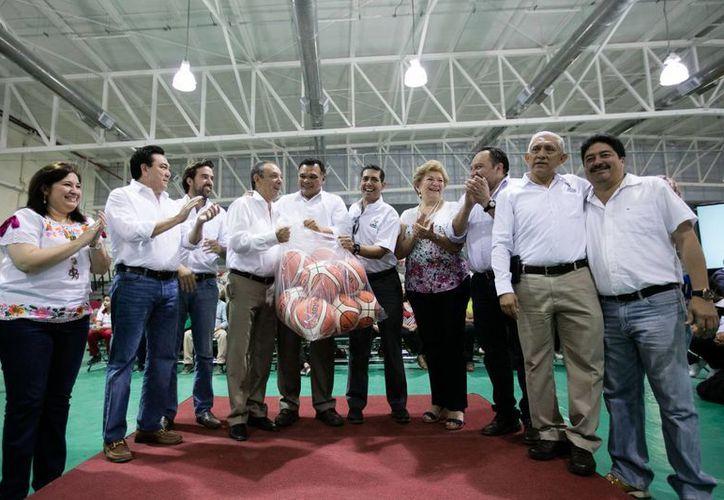 El gobernador Rolando Zapata entregó este sábado material deportivo para todos los Ayuntamientos del Estado, y en lo cual se invirtieron 1.5 millones de pesos. (Foto cortesía del Gobierno estatal)