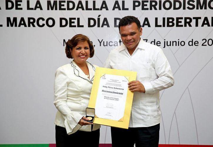 Addy Pérez, quien recibió de manos del gobernador Rolando Zapata la presea, a lo largo de tres décadas se ha distinguido por su labor a favor de la cultura. (Cortesía)
