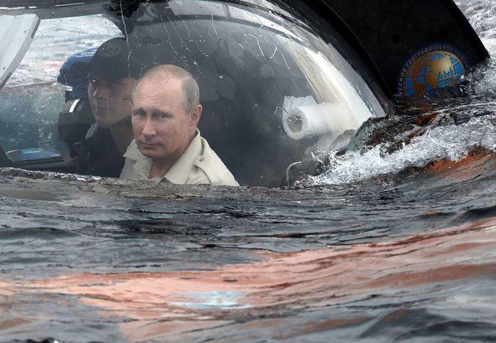 Imagen del presidente ruso Vladimir Putin, derecha, a bordo de un minisubmarino en el Mar Negro frente a la costa de Sebastopol, Crimea. El mandatario se sumergió 83 metros para inspeccionar los restos de un barco mercante bizantino del siglo IX o X. (Alexei Nikolsky/RIA-Novosti, Kremlin Pool Photo via AP)