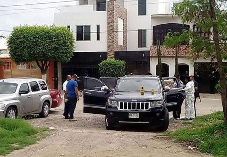 El vehículo fue encontrado estacionado en una calle con varios impactos de bala en la carrocería principalmente en la puerta izquierda. (Cynthia Valdez/Milenio)