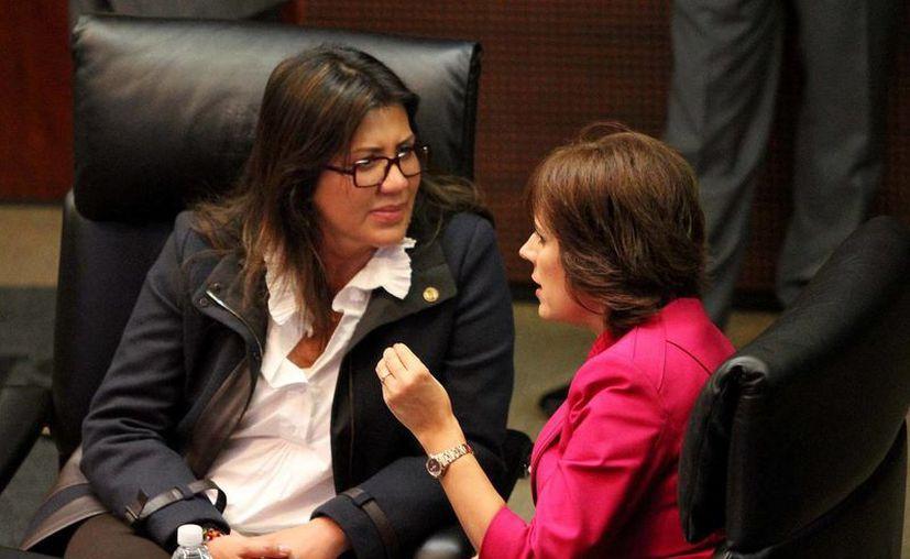 Arriola (de frente), que aparece en la foto con la senadora Hilda Flores, coordinó la pasada campaña electoral del Panal. (Notimex)