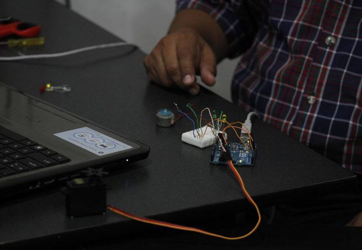 Los estudiantes programan los microchips. (Sergio Orozco/SIPSE)