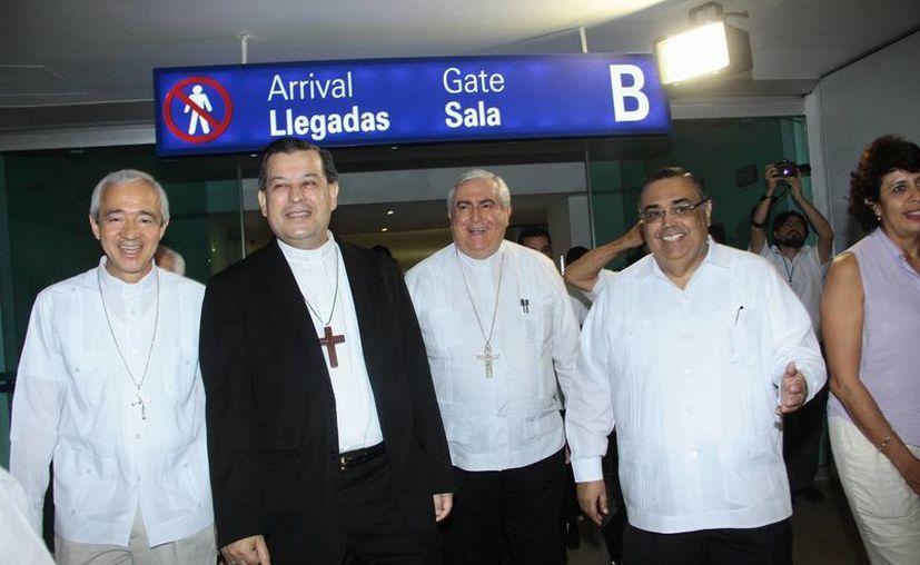 El arzobispo de Yucatán, Gustavo Rodríguez Vega, fue recibido en el aeropuerto por una pequeña comitiva encabezada por su antecesor, el Arzobispo Emérito, Emilio Carlos BerlieBelaunzarán. (Jorge Acosta/SIPSE)