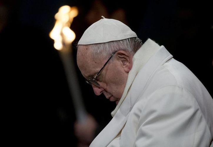 El papa Francisco encabezó el tradicional Viacrucis en el Coliseo Romano ante la mirada atenta de miles de fieles y turistas. (AP)