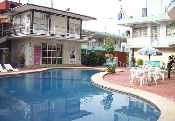 Esta es la piscina en la que a diario se bañaba Pedro Infante y que ahora es usada por huéspedes del hotel. (SIPSE)