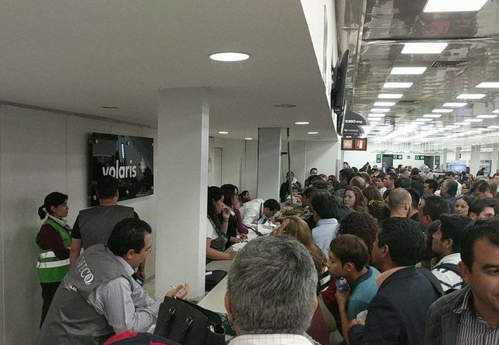 Decenas de pasajeros manifestaron anoche su molestia por las demoras en los vuelos de Volaris. (Twitter)