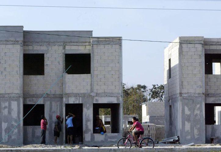 Desde hace varios años se trata de contener el crecimiento urbano. En la imagen, unos empleados trabajando en la construcción de una vivienda. (Milenio Novedades)