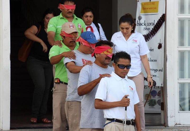 Empleados de la Fundación de Parques y Museos de Cozumel reciben talleres de sensibilización hacia el trato de personas con discapacidad. (Cortesía)