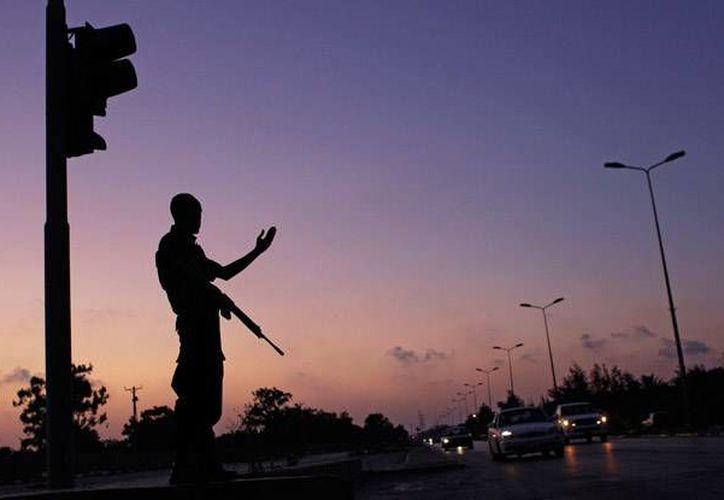 Imagen de un policía en Libia, país donde se confirmó el secuestro de dos funcionarios serbios luego de que un grupo armado atacara a la caravana en la que viajaban junto al diplomático, Oliver Potezica, rumbo a Túnez. (Foto de contexto/ AP)