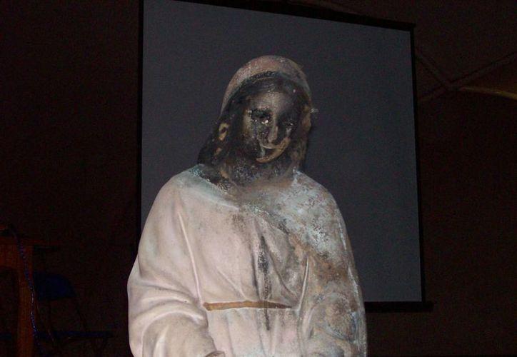 Imagen de la Virgen que aún muestra rastros del incendio en su rostro. (Fotos: Jorge Moreno/SIPSE)