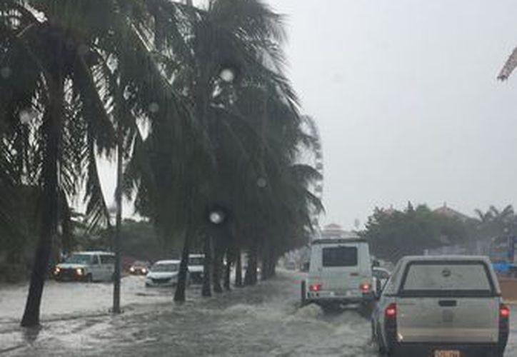Automovilistas resultaron varados a causa de las inundaciones por las fuertes lluvias que se han registrado. (Redacción/SIPSE)