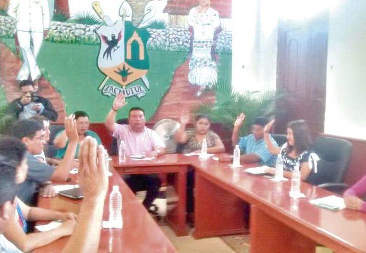 Durante la sesión de ayer del Cabildo motuleño se destituyó a Jesús Osorio Bacab como director de la Policía Municipal de Motul. (Milenio Novedades)