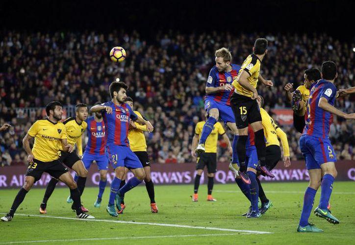 Con el resultado, Barcelona se posiciona momentáneamente en la segunda posición de la liga, detrás del Real Madrid. (Manu Fernández/AP)