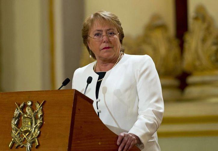 La presidenta chilena Michelle Bachelet presentó el lunes 11 de mayo a su nuevo gabinete. (Foto AP/Moises Castillo, archivo)