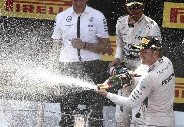 El piloto alemán Nico Rosberg, de la escudería Mercedes, celebra la obtención del Gran Premio de España. (Foto: AP)