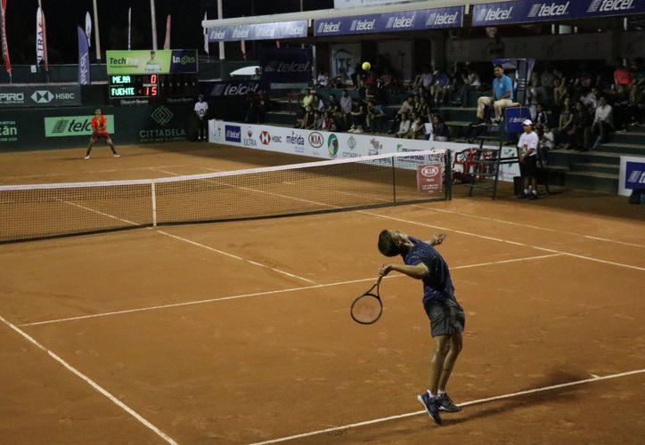 El tenista argentino (primer plano) Santiago de la Fuente derrotó en tres sets al colombiano Nicolás Mejía (fondo). (Foto: Daniel Sandoval/SIPSE)