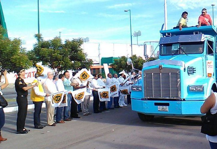 Autoridades de Yucatán dieron el banderazo de salida a los camiones que recolectarán los cacharros en el  IV operativo de descacharrización, para combatir el mosquito Aedes agytpi, transmisor del zika, dengue y chinkunguya. (José Salazar/SIPSE)
