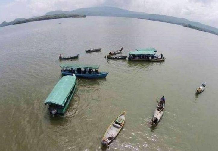 Imagen del lago Suchitlán en donde diversos lancheros de la zona apoyan con la búsqueda de los tripulantes de la aeronave accidentada. (cronica.com)