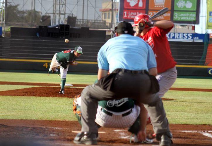 Los diablos rojos tomaron ventaja tempranera, pero no la supieron mantener ante los melenudos. En la foto; Marco Quevedo (pitcher) realiza un lanzamiento al plato durante el tercero de la serie en el Kukulcán Alamo. (Sipse)