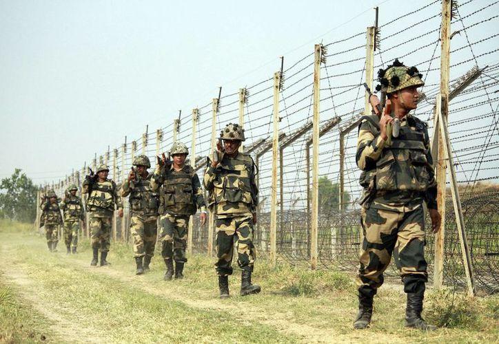 Miembros de las Fuerzas de Seguridad Fronterizas patrullan en la frontera con Pakistán en Jammu, India. (EFE/Archivo)