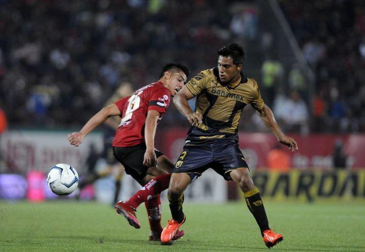 La defensa de Pumas mostró mala coordinación. (Notimex)