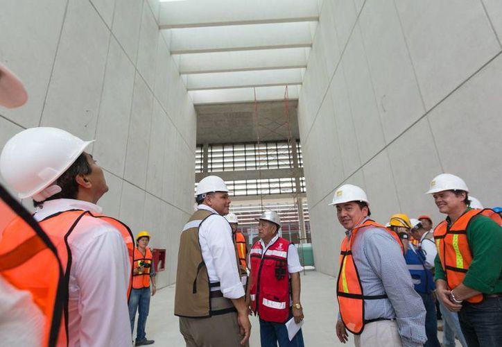 El Gobernador Rolando Zapata Bello, realizó ayer un recorrido por las obras en el Centro de Justicia Oral de Mérida. (SIPSE)