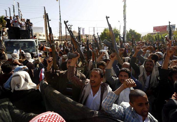 Simpatizantes del movimiento rebelde chií de los hutíes alzan sus rifles durante una manifestación contra el embargo de armas y las sanciones impuestas por el Consejo de Seguridad de la ONU, en Saná, Yemen. (EFE)