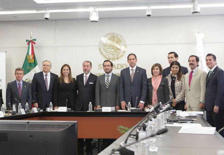 El nuevo procurador (cuarto de izquierda a derecha) destacó que es necesario dar continuidad a los casos Ayotzinapa, Nochixtlán y Tlatlaya, así como transitar a la Fiscalía General de la República, destaca en su comparecencia. (Senado)