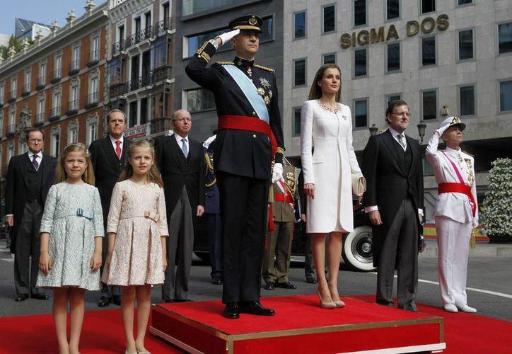 El Rey Felipe VI junto a Doña Letizia, la Princesa de Asturias, la Infanta Sofía, el presidente del Gobierno, Mariano Rajoy (2d) y el jefe de Estado Mayor de la Defensa (JEMAD), almirante general Fernando García Sánchez (d). (EFE)