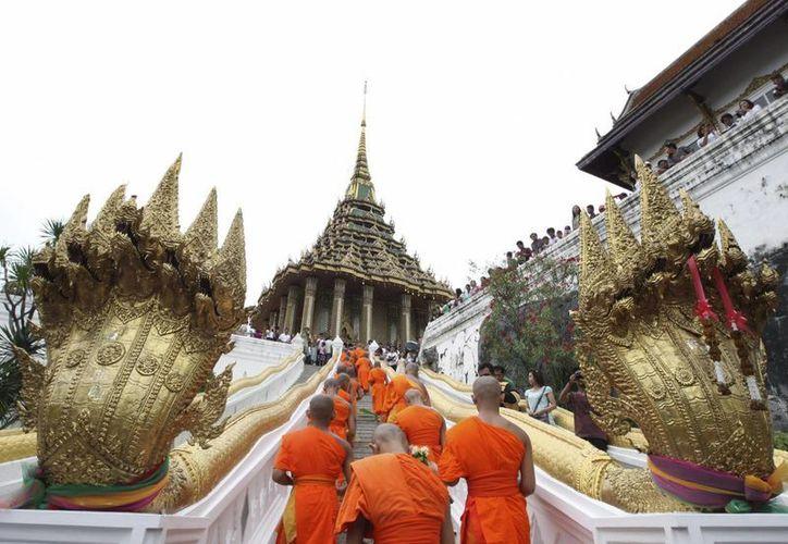 Monjes budistas caminan hacia el templo Phra Phutthabat, al norte de Bangkok. (EFE/Archivo)