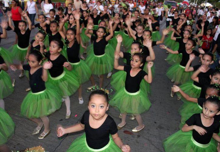 Desde las 4:30 de la tarde de ayer se congregaron cientos de infantes en los alrededores del Centro Social Bellavista. (Francisco SansoresSIPSE)