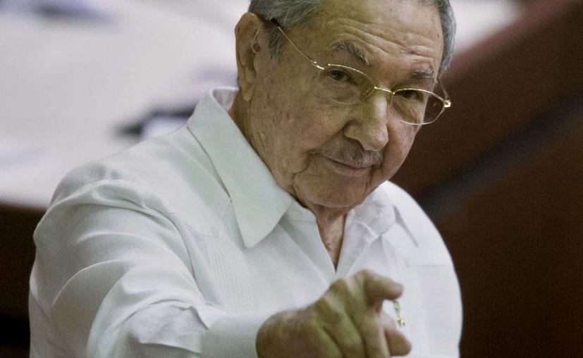 Al clausurar la última sesión anual ordinaria del Parlamento cubano, Raúl Castro confirmó su asistencia a la VII Cumbre de las Américas en Panamá, donde podría encontrarse con Obama. (Agencias)