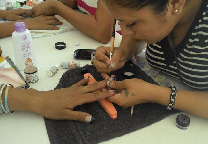 Los talleres que imparte en Progreso a beneficio de mujeres. (Manuel Pool/SIPSE)