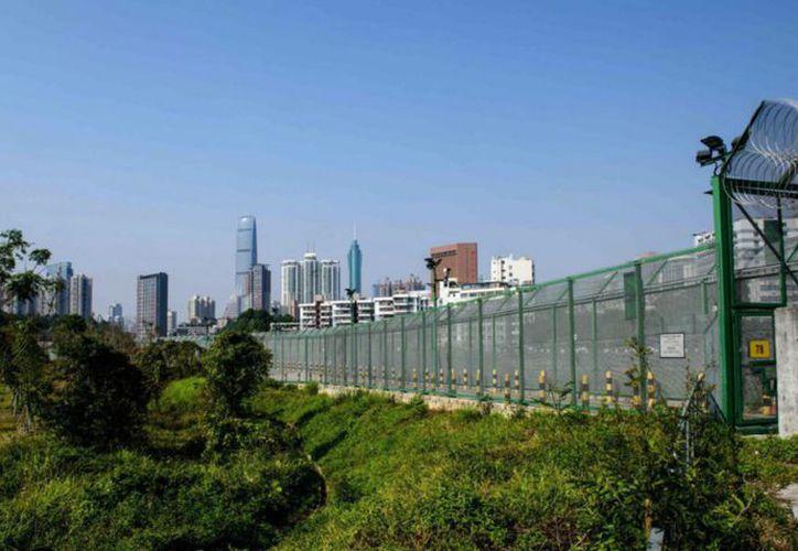 Esta es una frontera que no solo separa el supuesto comunismo del agresivo capitalismo. (Foto: El País)