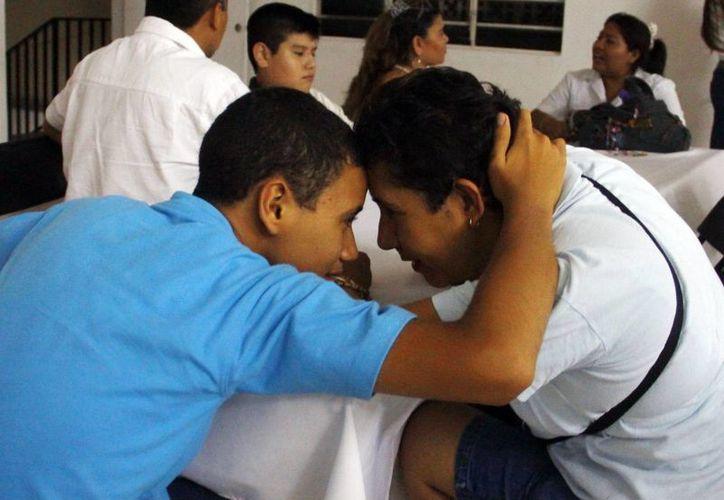 Madre e hijo muestran sus vínculos de afecto en el convivio del Cenat. (Juan Albornoz/SIPSE)